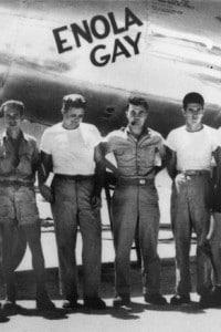 L'equipaggio dell'Enola Gay ed il comandante Paul W. Tibbets Jr. al centro
