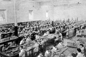 Donne al lavoro in un fabbrica di munizioni, durante la Prima Guerra Mondiale