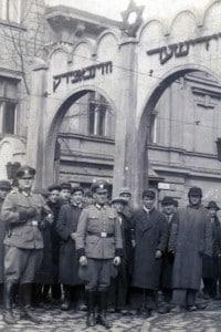 Ghetto di Cracovia controllato da sottufficiali della Polizia durante l'occupazione nazista