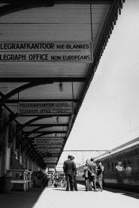 Immagine dei cartelli nella stazione di Wellington per far rispettare la politica dell'apartheid