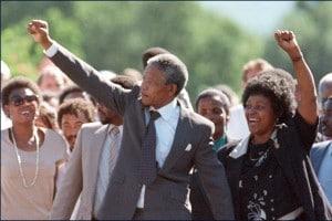 Nelson Mandela esce di prigione e torna libero dopo 28 anni di carcere