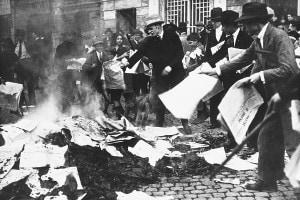 Squadriglie fasciste armate di manganelli bruciano il quotidiano «Il Paese»