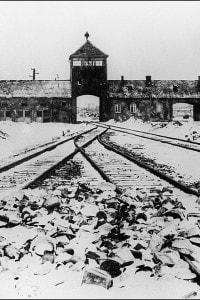 I cancelli del campo di concentramento di Auschwitz dopo la sua liberazione nel 1945