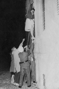 E' il 10 settembre 1961 e una donna si cala da un edificio in Bernauer Strasse nel tentativo di raggiungere Berlino Ovest