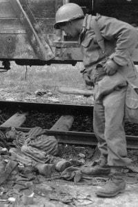 Immagine di un soldato che scopre alcuni corpi delle vittime nel campo di concentramento di Dachau