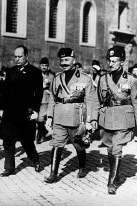 Benito Mussolini con le truppe fasciste a Roma