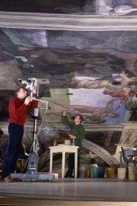 Restauratori durante le operazioni di pulitura degli affreschi