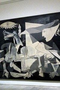 Guernica di Pablo Picasso: il quadro cubista rappresenta l'orrore della guerra civile spagnola nel combardamento della città omonima