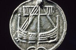 Moneta argentata vichinga con un'immagine di una nave drakkar