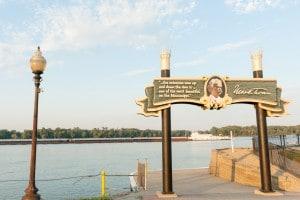 La città di Hannibal in Missouri con commemorazione dello scrittore Mark Twain