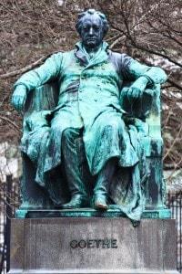 Statua raffigurante Goethe in posizione seduta
