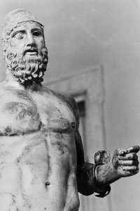 La statua B dei Bronzi di Riace nella sua collocazione al Museo Nazionale di Reggio Calabria