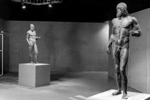 I Bronzi di Riace in un'esposizione a Firenze