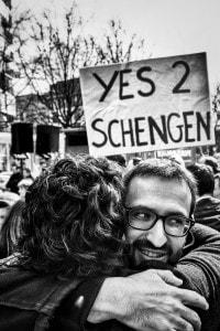 Foto di una manifestazione a favore di Schengen, emblema della globalizzazione in Europa