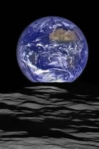 L'immagine della Terra che sorge dalla Luna: l'ha fotografata la sonda Lro (Lunar Reconnaissence Orbiter) della Nasa