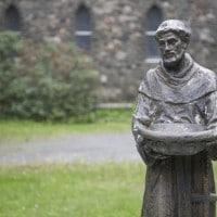 Gli ordini mendicanti nel Medioevo: storia, significato e caratteristiche