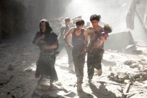 Civili in fuga dai bombardamenti della guerra in Siria