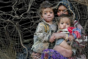 Donna con bambini nel 2002 durante la guerra in Afghanistan