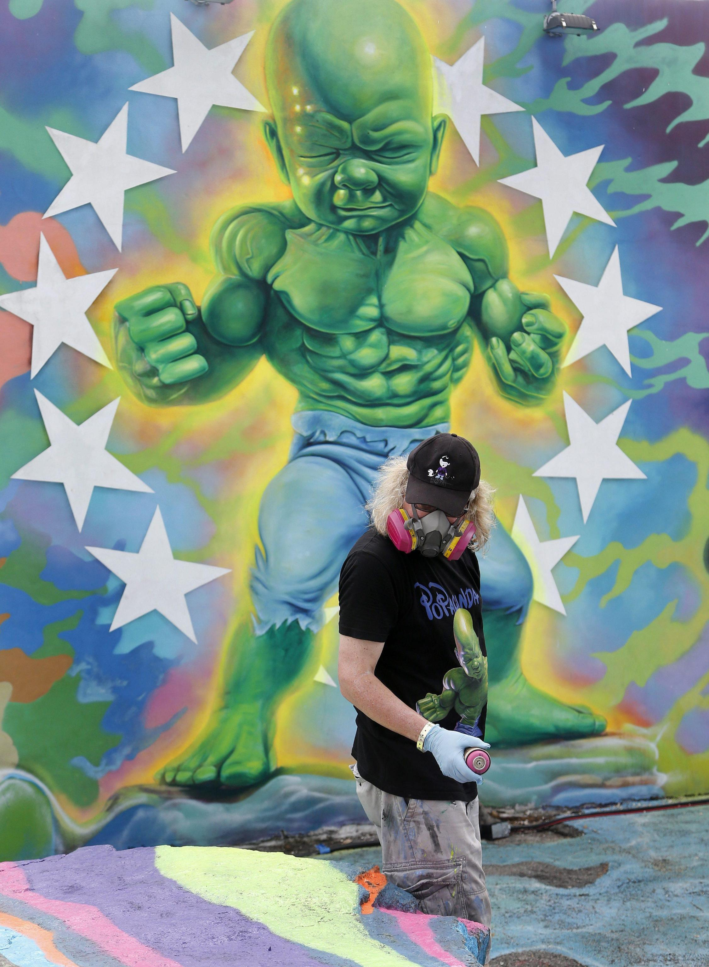 "Ron English e il suo graffito ""Baby Hulk"" a Miami"