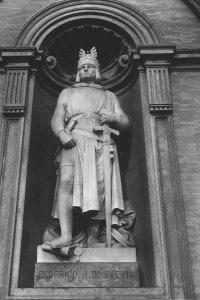 Federico II di Svevia: opera scultorea eseguita da Emanuele Caggiano collocata nella facciata di Palazzo Reale a Napoli