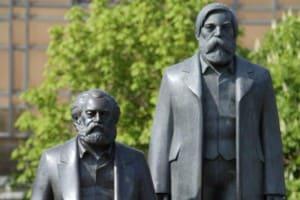 """Statue di Karl Marx e Friedrich Engels, i due teorici del """"Manifesto del Partito Comunista"""" a Berlino."""