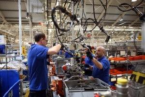 Catena di montaggio in una fabbrica Ford (2015). Per Marx l'alienazione sul lavoro partiva dal considerare l'uomo come semplice ingranaggio di un meccanismo