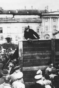 Un'immagine di Lenin che arringa la folla
