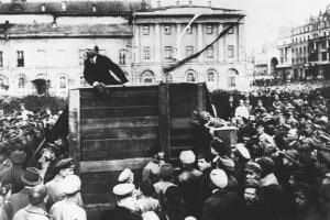 Vladimir Lenin arringa la folla a Mosca il 5 maggio 1920. La Rivoluzione Russa fu la prima a mettere in pratica gli ideali marxisti di rivoluzione e dittatura del proletariato