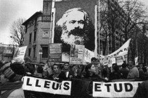 Proteste di alcuni dipendenti del settore pubblico nel 1995 in Francia: l'immagine di Marx campeggia su uno dei banner portati dal corteo