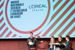 """Francesco Facchinetti e le tre Ambasciatrici della Scienza in un momento dello show interattivo """"For girls in Science"""""""
