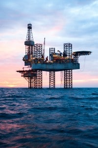 Una piattaforma petrolifera in mare. Il petrolio è una delle fonti di energia primaria ancora maggiormente usate.