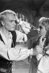 Amleto e Ofelia in una scena dal film Hamlet (1948) di Laurence Olivier