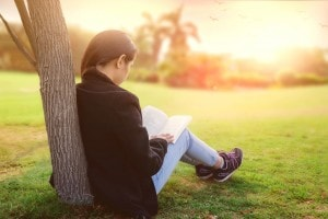 Sono tantissimi i libri consigliati dai professori ogni anno. Ecco i 10 libri da leggere a scuola fra quelli che forse hai già sentito nominare, che secondo noi non dovresti davvero perdere