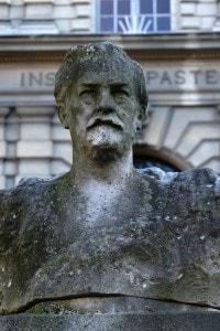 Busto di Pasteur davanti all'Istituto omonimo