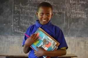 Un'immagine dalla campagna di UNHCR #mettiamocelointesta, per supportare l'istruzione dei bambini rifugiati