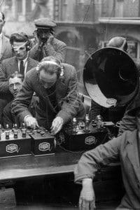 Un gruppo di persone ascolta il segnale ricevuto da una radio nel 1922