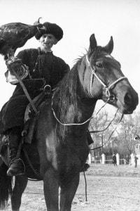 """I veri Tartari sono una tribù di origine turca che un tempo abitava le steppe dell'odierna Mongolia. In Buzzati hanno solo il significato di """"nemici"""" generici"""