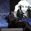 Stephen Hawking ed in fondo l'immagine di Einstein