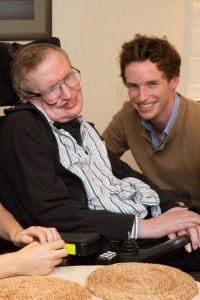 Stephen Hawking con Eddie Redmayne, che ha interpretato lo scienziato nel film La teoria del tutto