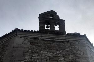 Il campanile di una chiesa di Muccia danneggiato dalla scossa