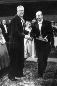 Arthur Kornberg riceve il premio Nobel per la Medicina nel 1959