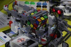 Il robot del Severi di Salerno alle prese con il cubo di Rubik