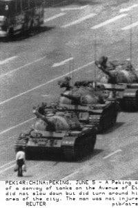 Piazza Tienanmen, uno studente ferma una colonna di carri armati durante la protesta del 1989