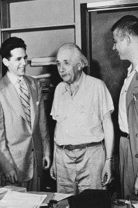 Einstein con un gruppo di studenti a Princeton