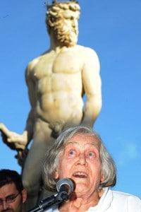 Margherita Hack durante una lezione in Piazza della Signoria a Firenze nel 2008