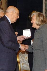 Margherita Hack riceve il premio Vittorio De Sica da Giorgio Napolitano