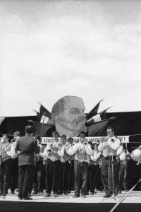 Ungheria, 1993. Apertura di una mostra in cui campeggiano anche gigantografie di Lenin