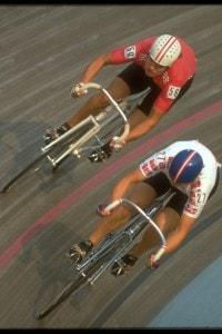 I ciclisti nell'immagine disegnano la traiettoria di un punto in movimento