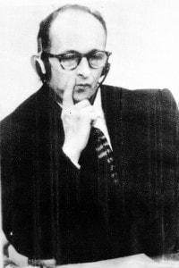 Adolf Eichmann nella gabbia degli imputati durante il processo a suo carico