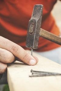 Il lavoro prodotto da un martello che batte su un chiodo è l'energia cinetica del martello